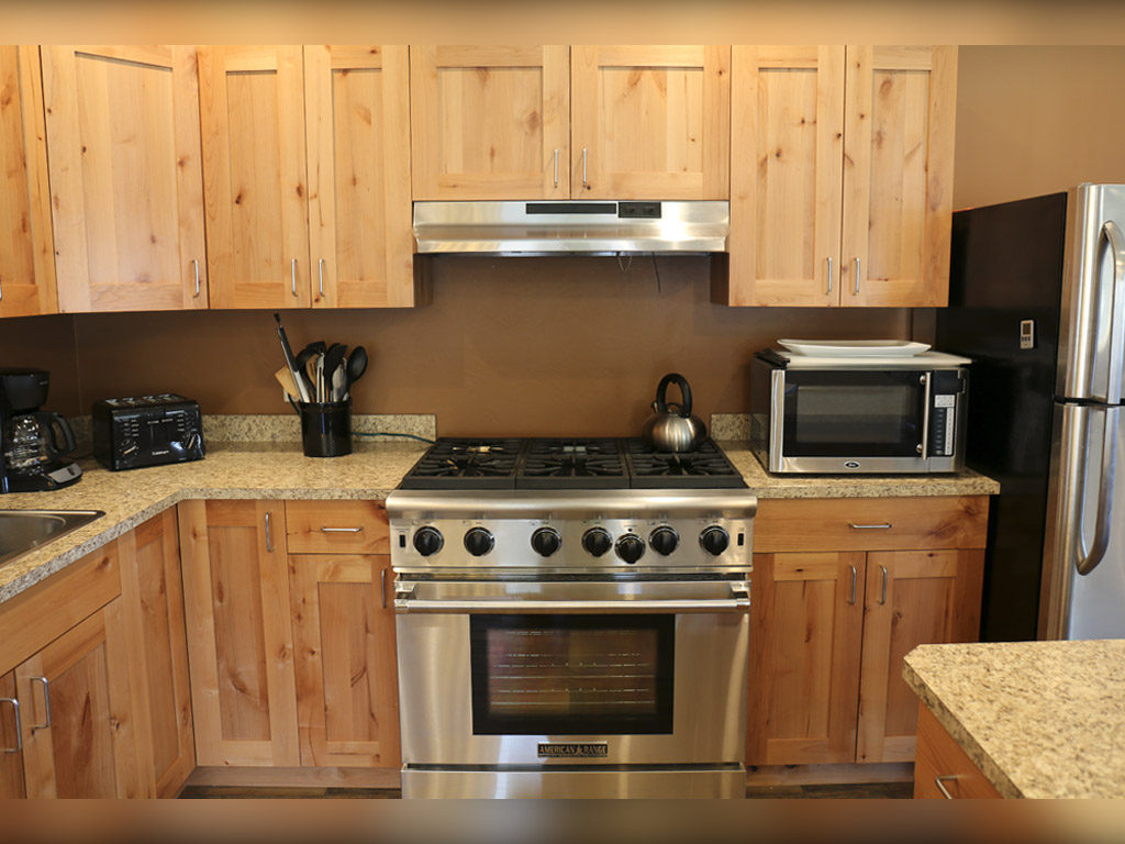 Hammer 'Em Outfitters Montana Hunting Lodge - Kitchen Range
